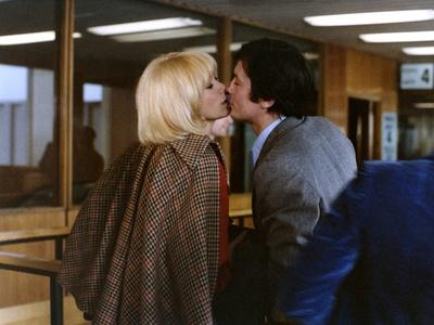 L'HOMME PRESSE, 1976 directed by EDOUARD MOLINARO Mireille Darc and Alain Delon (photo)