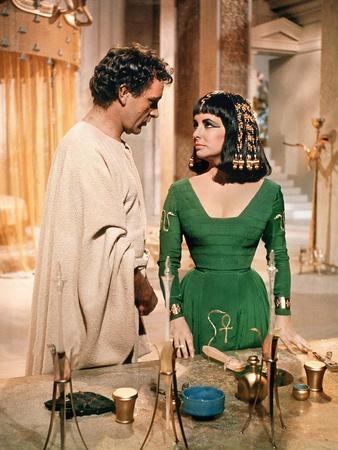 CLEOPATRA, 1963 directed by JOSEPH L. MANKIEWICZ Richard Burton and Elizabeth Taylor (photo)