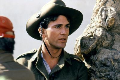 GALLIPOLI, 1981 directed by PETER WEIR On the set, Mel Gibson (photo)