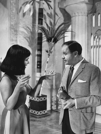 CLEOPATRA, 1963 directed by JOSEPH L. MANKIEWICZ On the set, Elizabeth Taylor and the director Jose