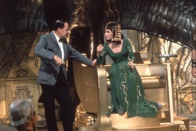 CLEOPATRA, 1963 directed by JOSEPH L. MANKIEWICZ On the set, Joseph L. Mankiewicz and Elizabeth Tay