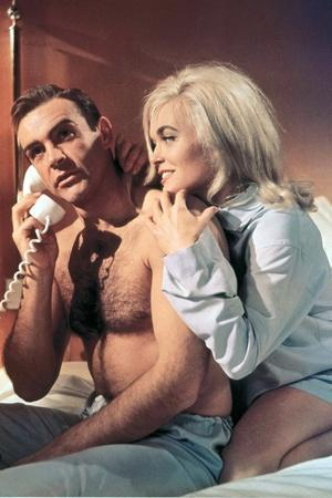 Goldfinger by GuyHamilton with Sean Connery (James Bond 007) and Shirley Eaton, 1964 (photo)