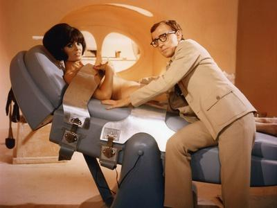 CASINO ROYALE, 1967 directed by JOHN HUSTON, ROBERT PARRISH, KEN Woody Allen (photo)