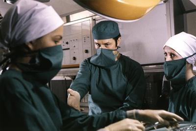 Le Toubib by Pierre Granier Deferre with Alain Delon and Veronique Jannot, 1979 (photo)