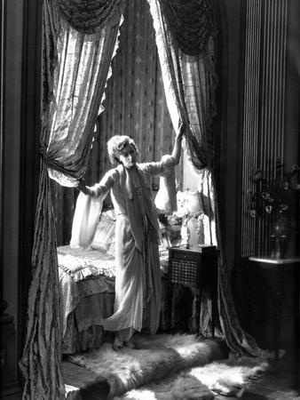 FLESH AND THE DEVIL, 1927 directed by CLARENCE BROWN Greta Garbo (b/w photo)