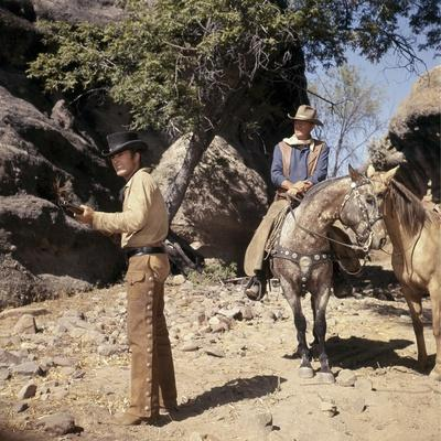 EL DORADO, 1967 directed by HOWARD HAWKS James Caan and John Wayne (photo)