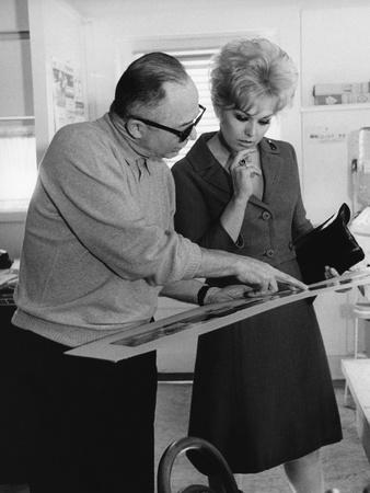 KISS ME STUPID, 1964 directed by BIILY WILDER On the set, Billy Wilder and Kim Novak (b/w photo)