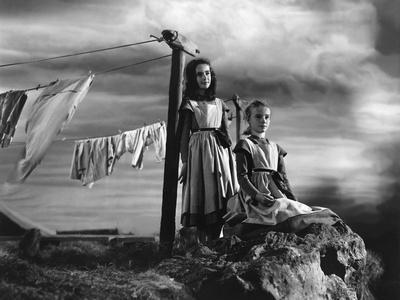 JANE EYRE, 1944 directed by ROBERT STEVENSON Elizabeth Taylor / Peggy Ann Garner (b/w photo)