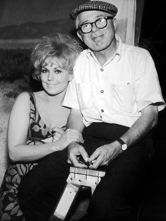 KISS ME STUPID, 1964 directed by BIILY WILDER On the set, Kim Novak and Billy Wilder (b/w photo)