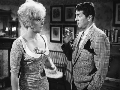KISS ME STUPID, 1964 directed by BIILY WILDER Kim Novak and Dean Martin (b/w photo)