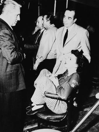 FATHER OF THE BRIDE, 1950 directed by VINCENTE MINNELLI On the set, Vincente Minnelli with Judy Gar