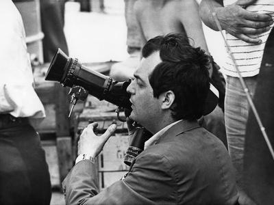 KILLER'S KISS, 1955 directed by STANLEY KUBRICK Stanley Kubrick, on the set (b/w photo)