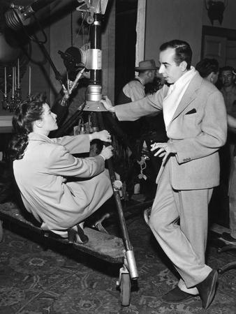 UNDERCURRENT, 1946 on the set, Katharine Hepburn and Vincente Minnelli