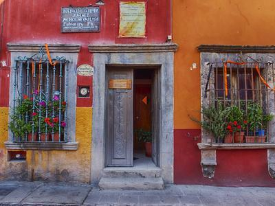 Mexico, San Miguel de Allende, Back streets of the town with colorful buildings