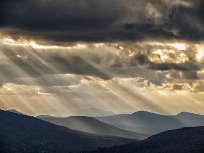 USA, New Hampshire, White Mountains, Sunbeams light the valley