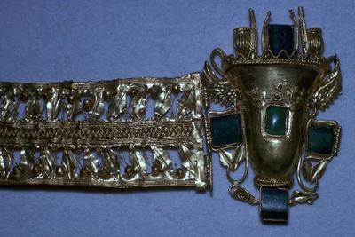 Roman gold bracelet set with glass imitating emeralds, 1st century
