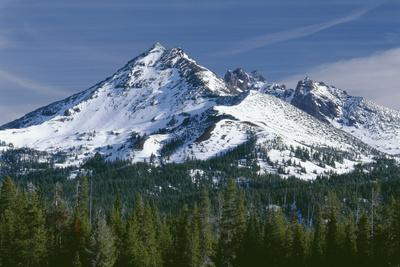 USA, Oregon, Deschutes National Forest. Autumn snow on Broken Top.