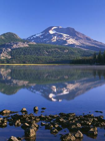 USA, Oregon. Deschutes National Forest, South Sister reflects in Sparks Lake in early morning.